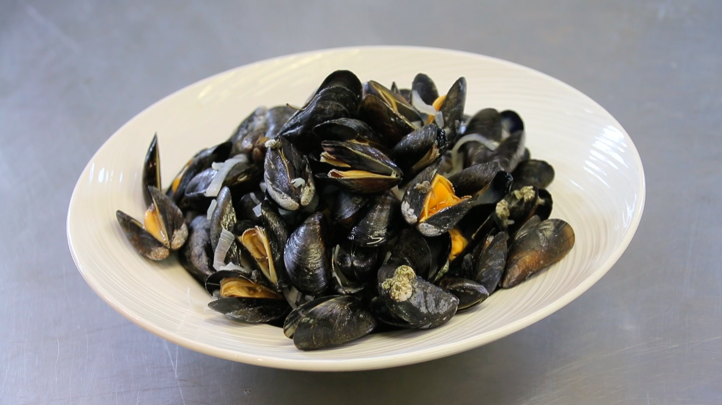 How to Eat Mussels Without the Mess